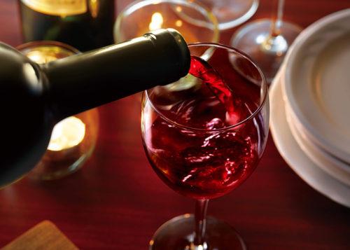 コップにワインを注いでいる