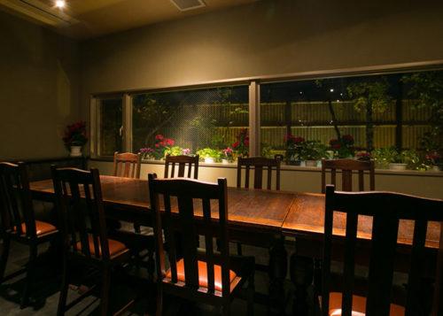 落ち着いた雰囲気の店内のテーブル席