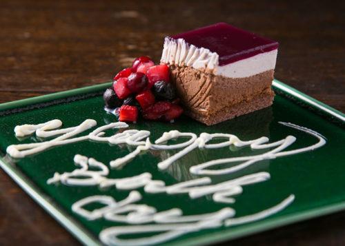 ハッピーバースデーと書かれたケーキのデザートプレート